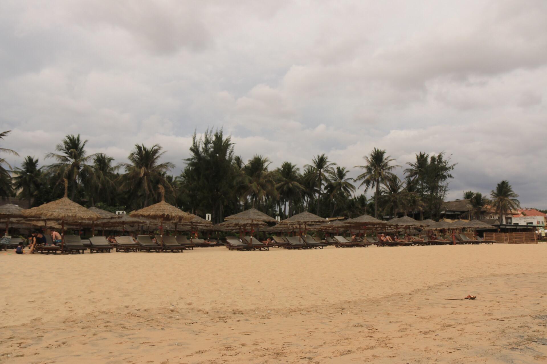 Der Blick vom Strand Richtung Hotelanlage.