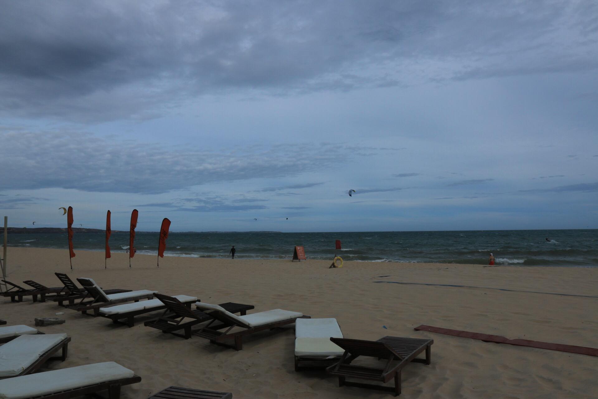 Die Hotelliegen am Strand. Nachmittags war's leider immer ein bisschen bewölkter.