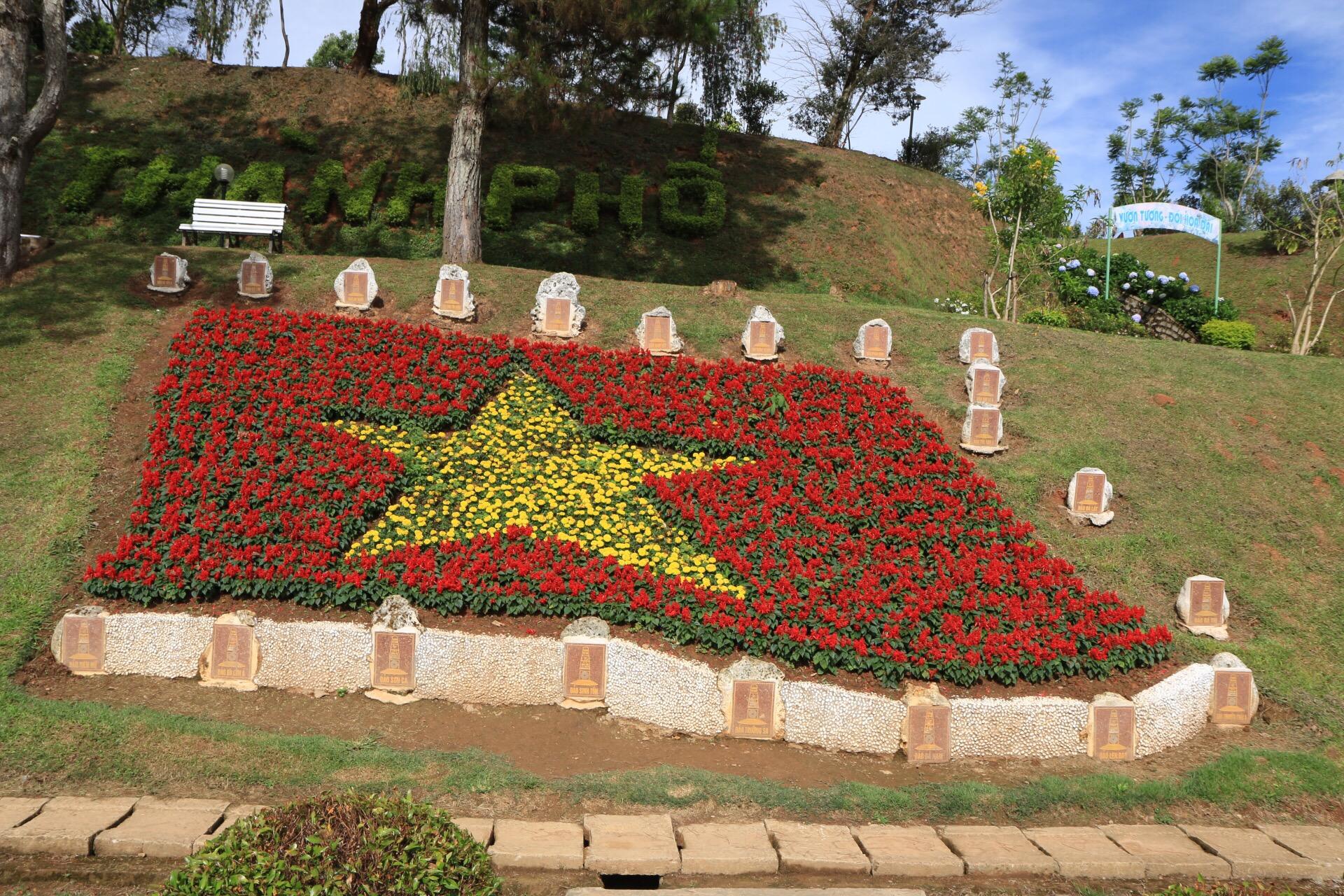 Die vietnamesische Flagge aus Blumen im Botanischen Garten.