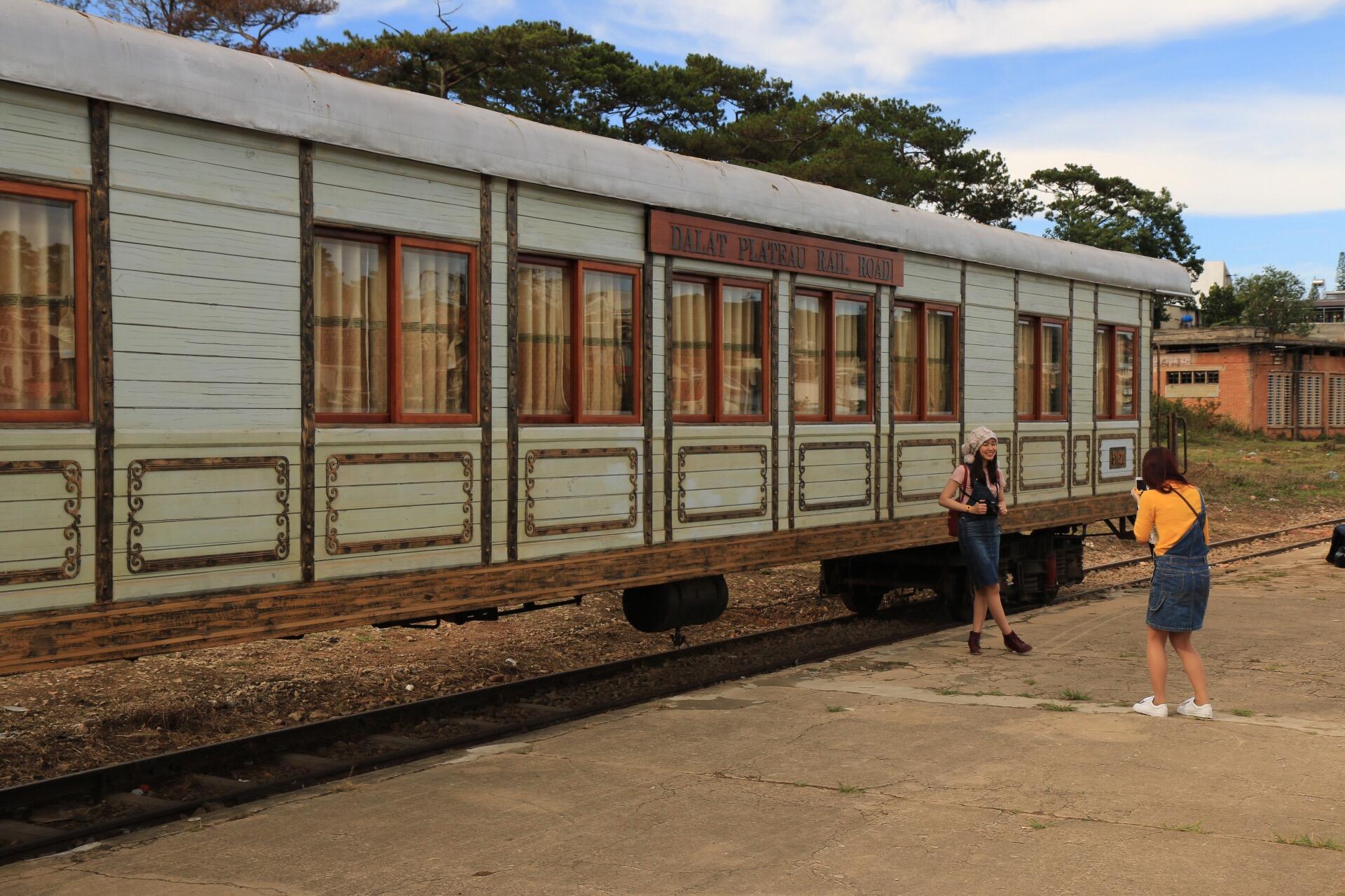 Ein Eisenbahnwagen, der noch aus der Kolonialzeit stammt.