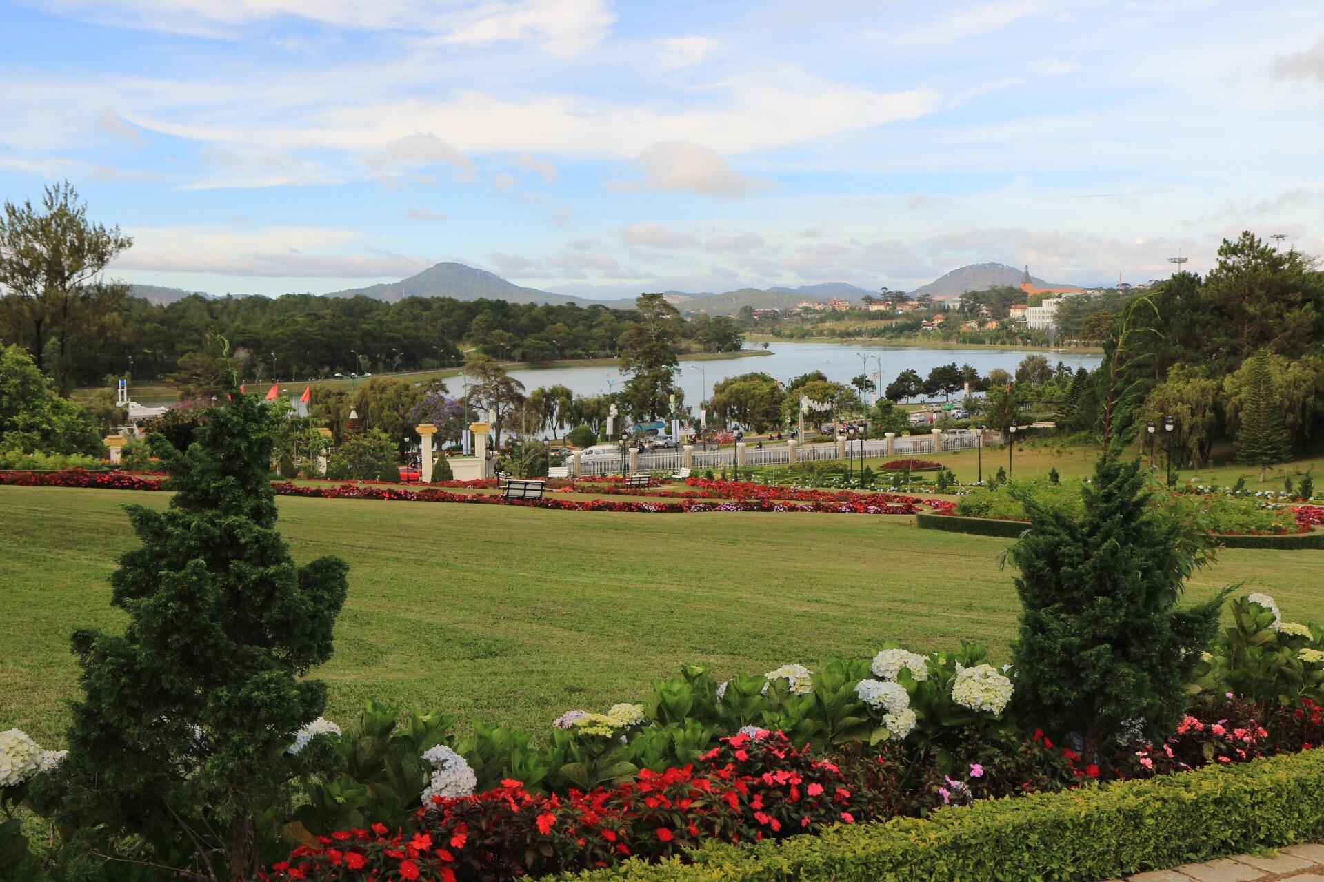 Im Park des Palast Hotels mit Blick auf den See.