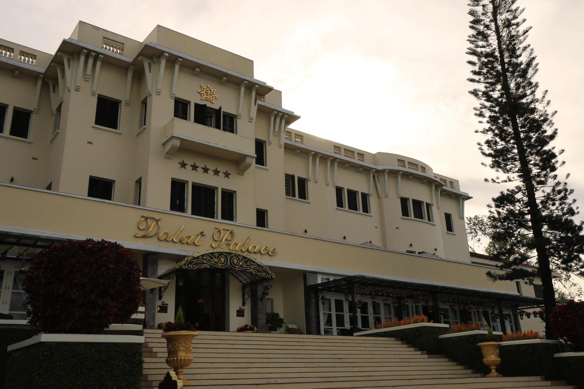 Das Palast Hotel mit einem wunderschönen Park.