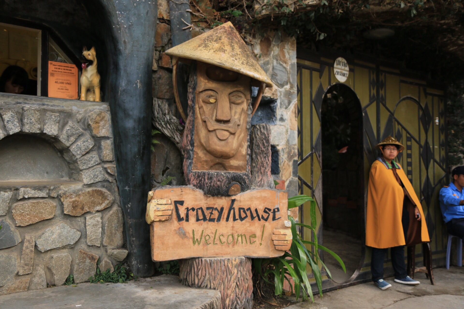 Der Eingang zum Crazy House. Die Station kann man auch weglassen.