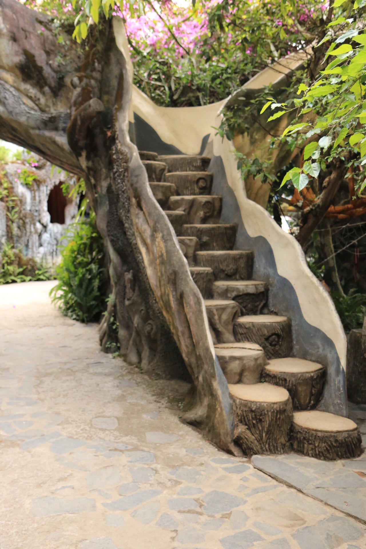 Eine Treppe im Crazy House.