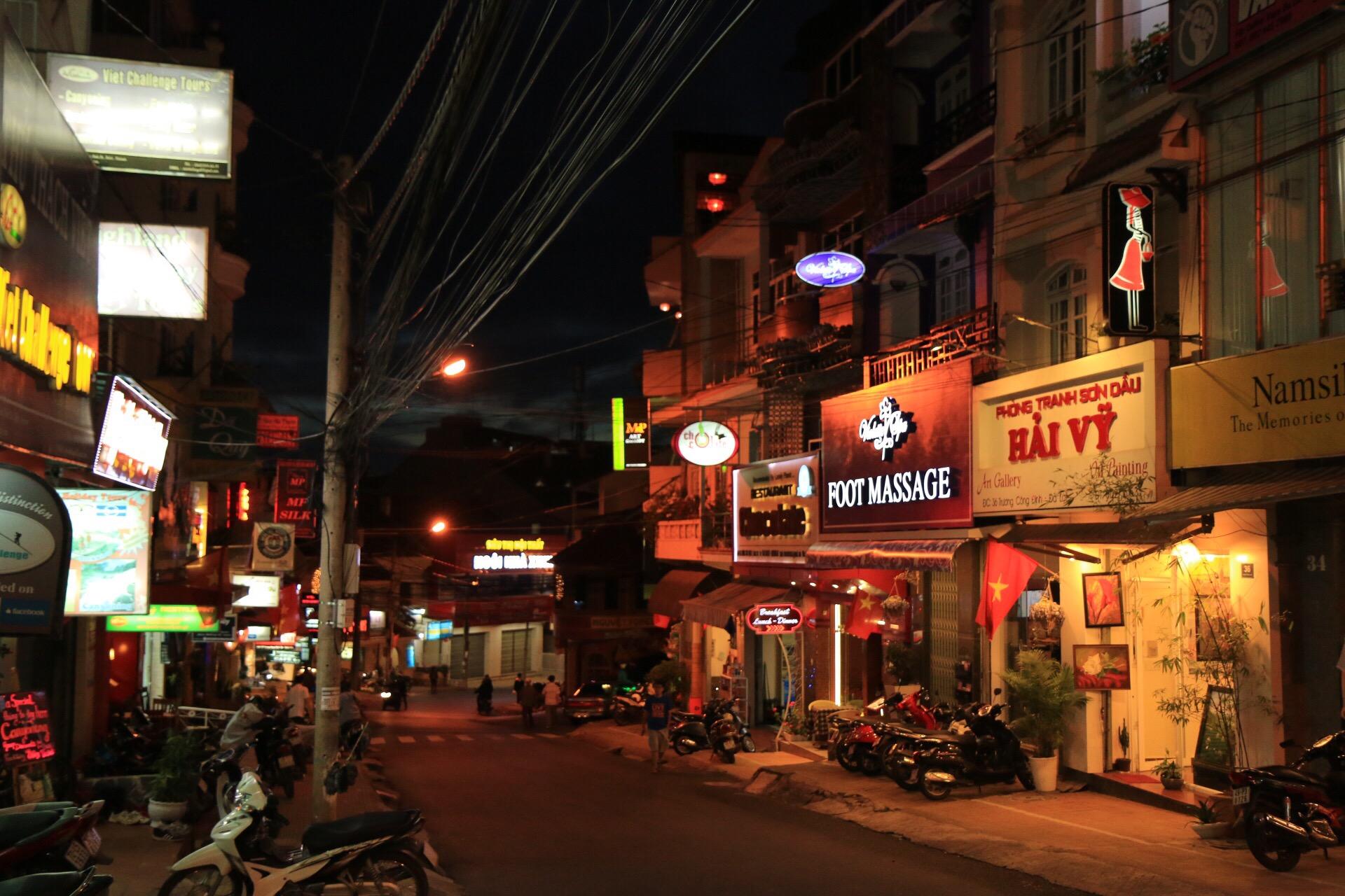 Am Abend auf den Straßen von Dalat.