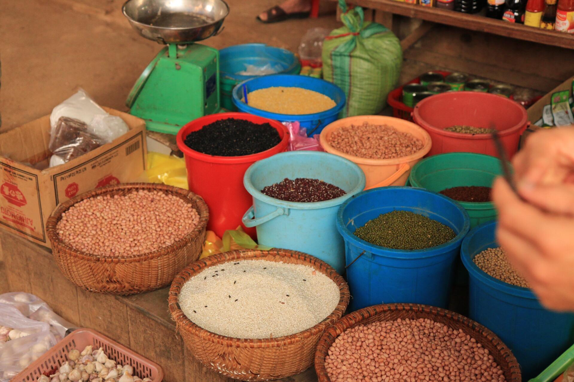 Hülsenfrüchte und Körner in allen Farben und Größen.