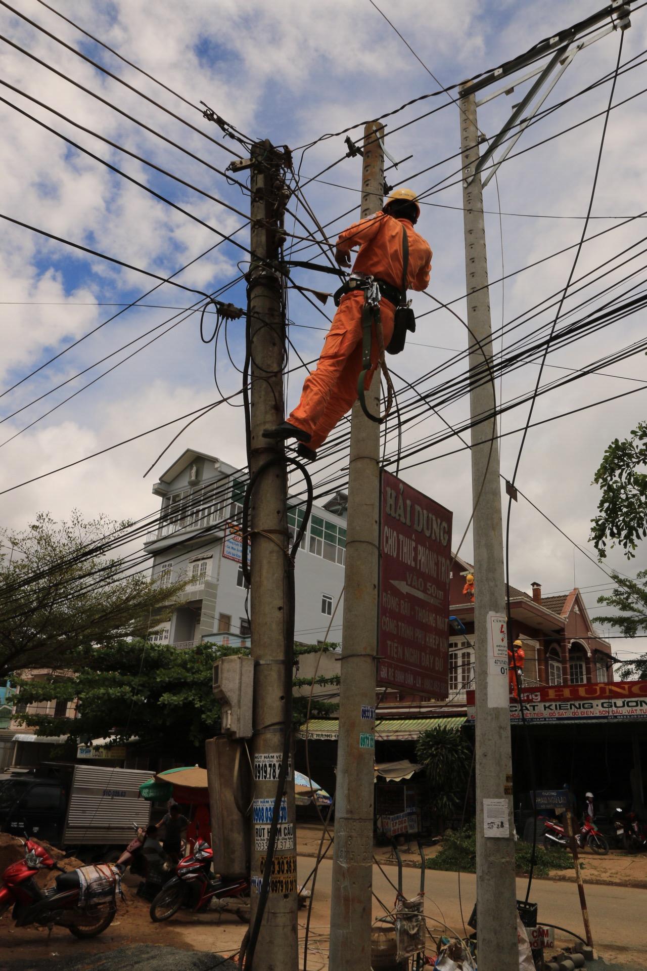 Ob er wohl den Durchblick hat oder einfach immer nur neue Kabelstränge dazu hängt?