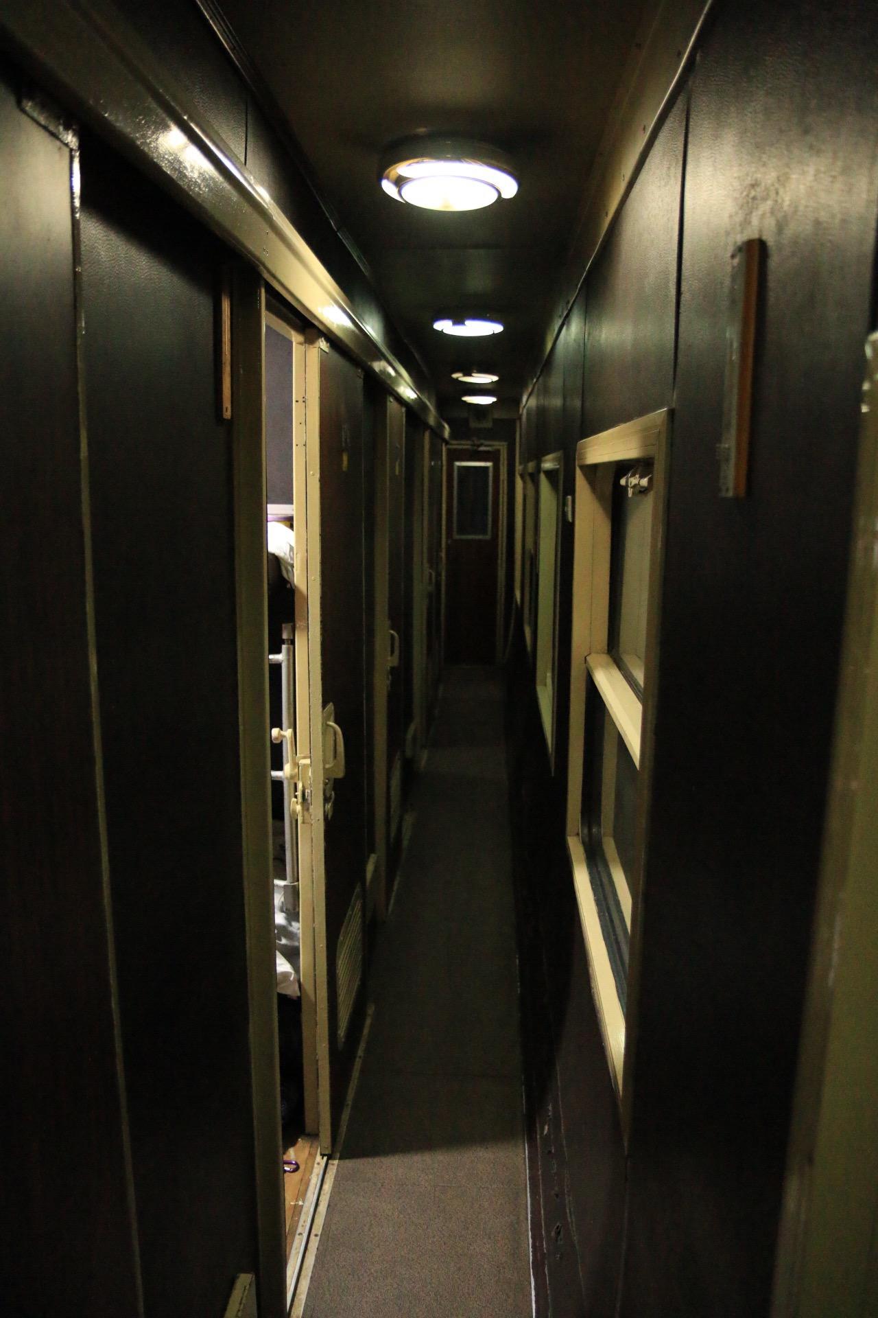 Die Gänge entlang der Abteil waren extrem eng. Mit XXL-Rucksack auf dem Rücken darf man hier nicht an Platzangst leiden.