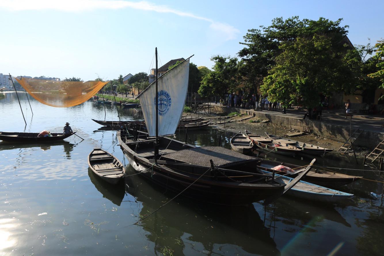 Drachenboote, die man mieten kann, auf dem kleinen Fluss durch Hoi An.