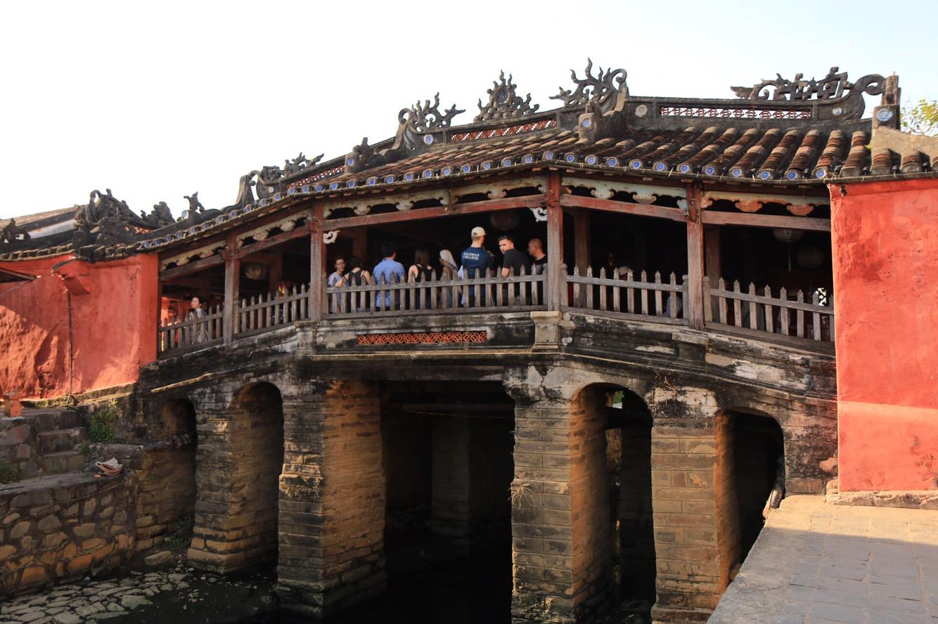 Die Japanische Brücke - überdacht und mit kleinen integrierten Tempel. Manchmal wollten sie hier ein Ticket sehen, manchmal nicht. Einfach durchgehen..