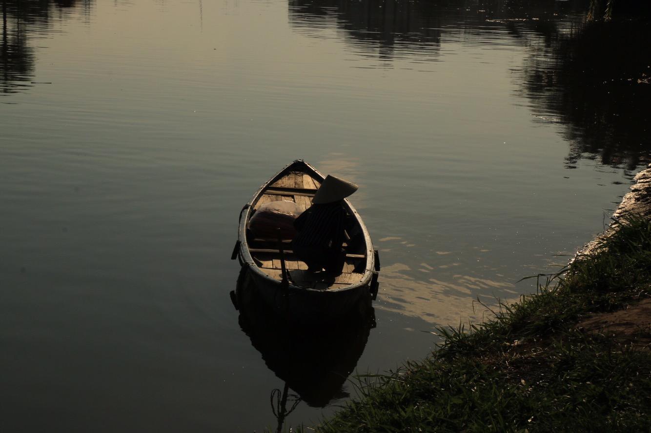 Eins der kleinen Boote im Sonnenuntergang.