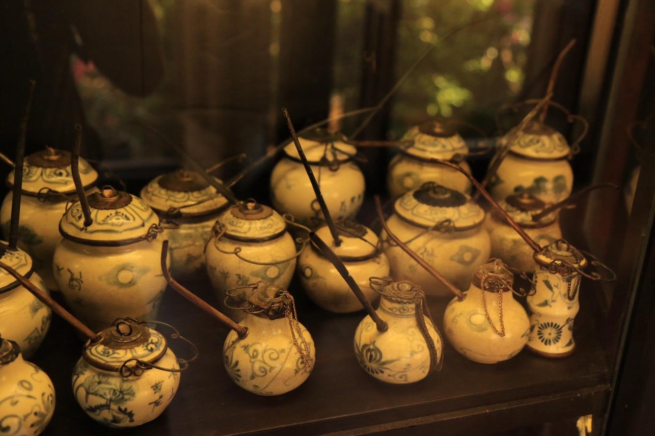 Gefäße aus früheren Jahrhunderten in einem der Tempel.