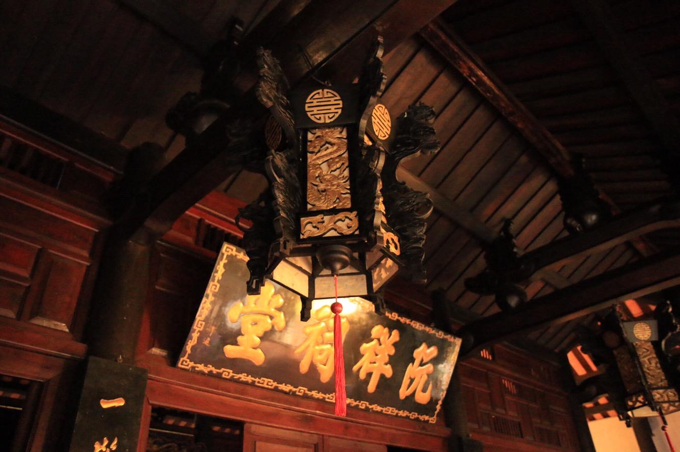 Eine Deckenlampe in einem Tempel, der sich seit Jahrhunderten in Privatbesitz einer Familie befindet.