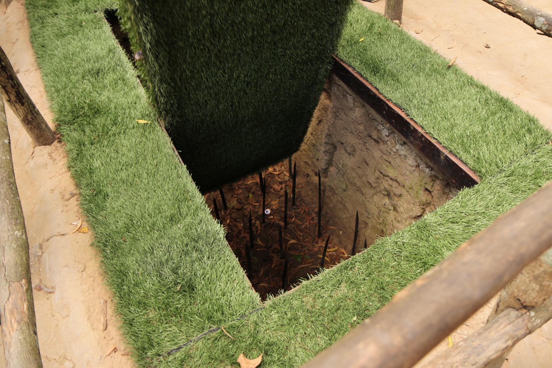 In der Grube warten dann rostige Metallspieße mit zahlreichen Widerhaken...