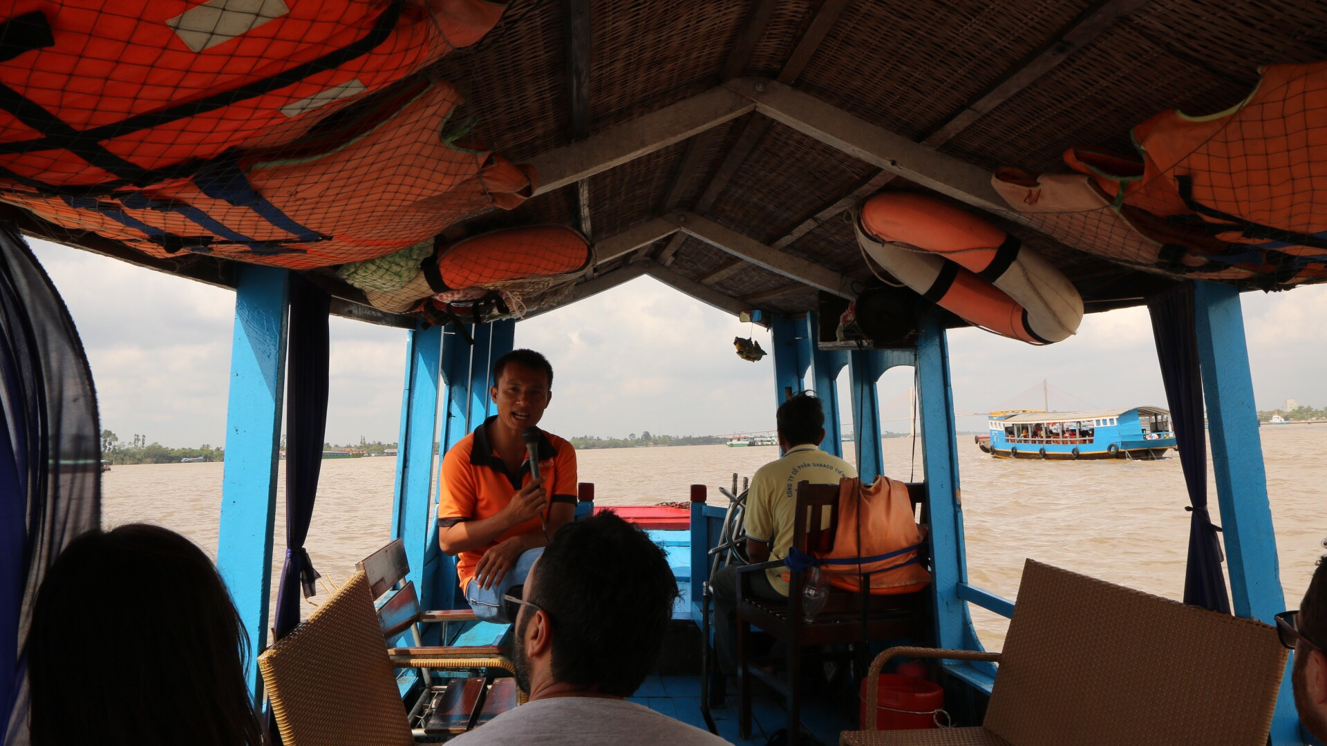 Mit großem Boot ging es anfangs über einen breiten Arm des Mekong-Rivers.