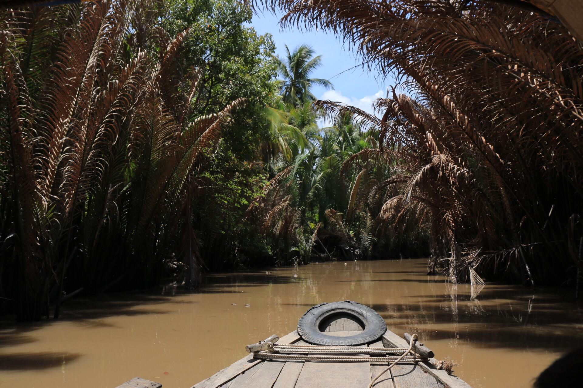 Mit einem Boot mitten durch den Dschungel, eine perfekte Filmkulisse.