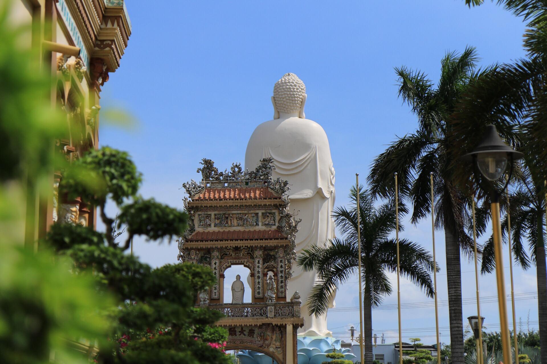 Und noch eine zweite etwa 15-16 Meter hohe Statue stand vor der Anlage.