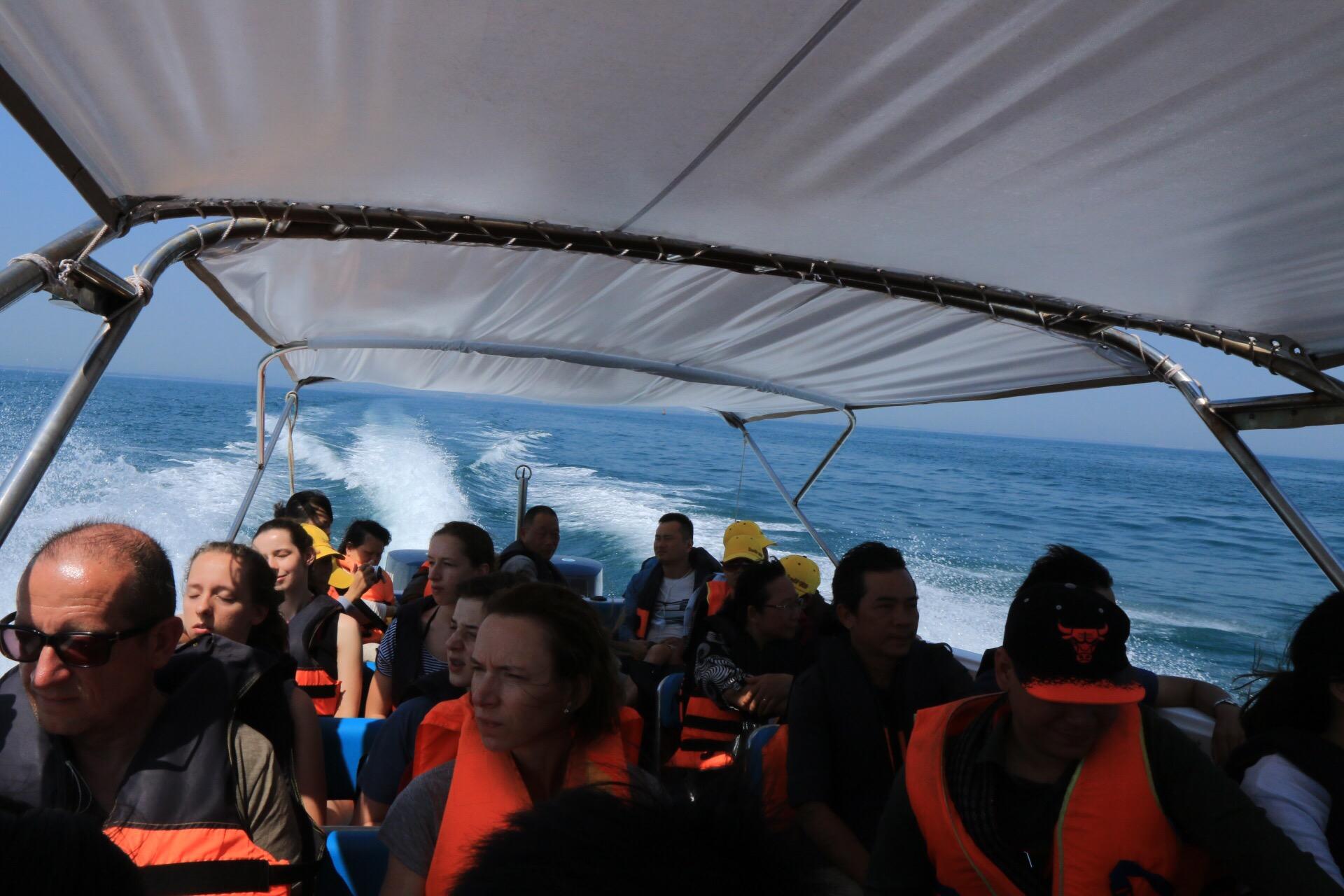 Während der rasanten Überfahrt zu den vorgelagerten Inseln.