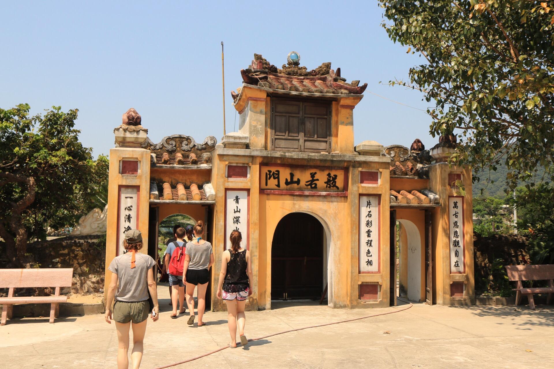 Durch das Tor ging es in den Innenhof der Anlage.