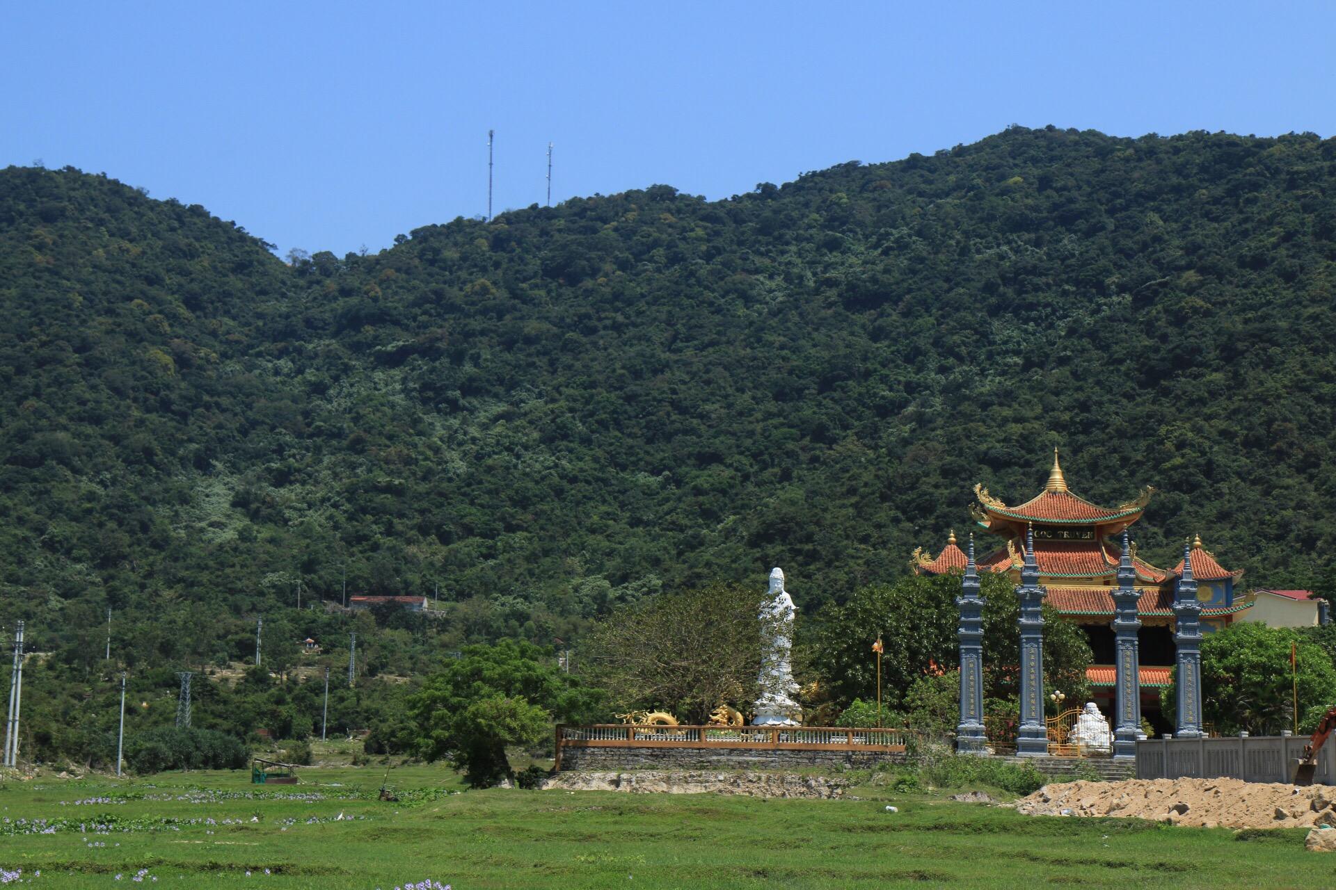 Ein weiterer Teil der Klosteranlage schmiegt sich hübsch in die Hügellandschaft.