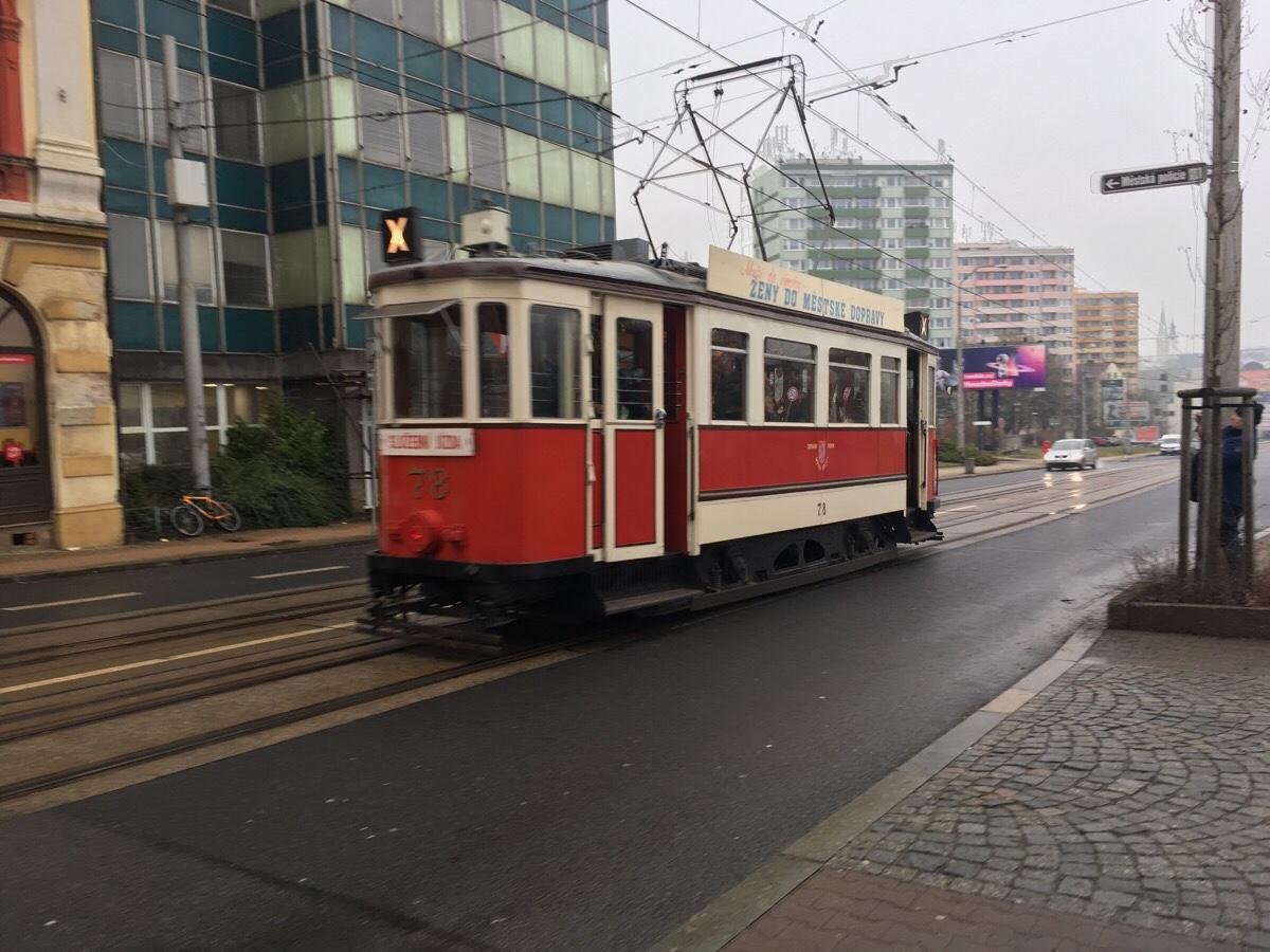 Eine etwas ältere Straßenbahn in Liberec, hier aber nur auf bierseliger Schoppenfahrt.