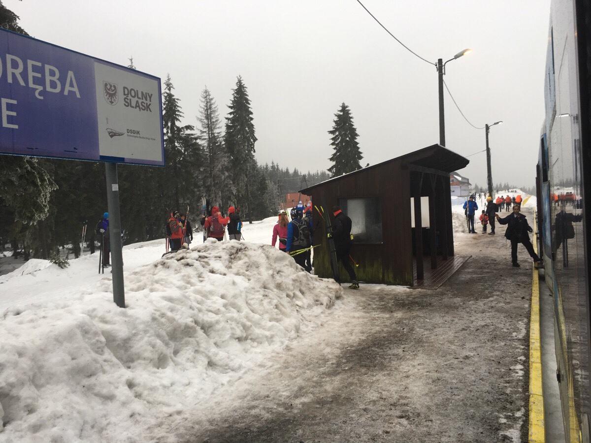 Auf dem Scheitelpunkt der Zackenbahn liegt ein Skigebiet.