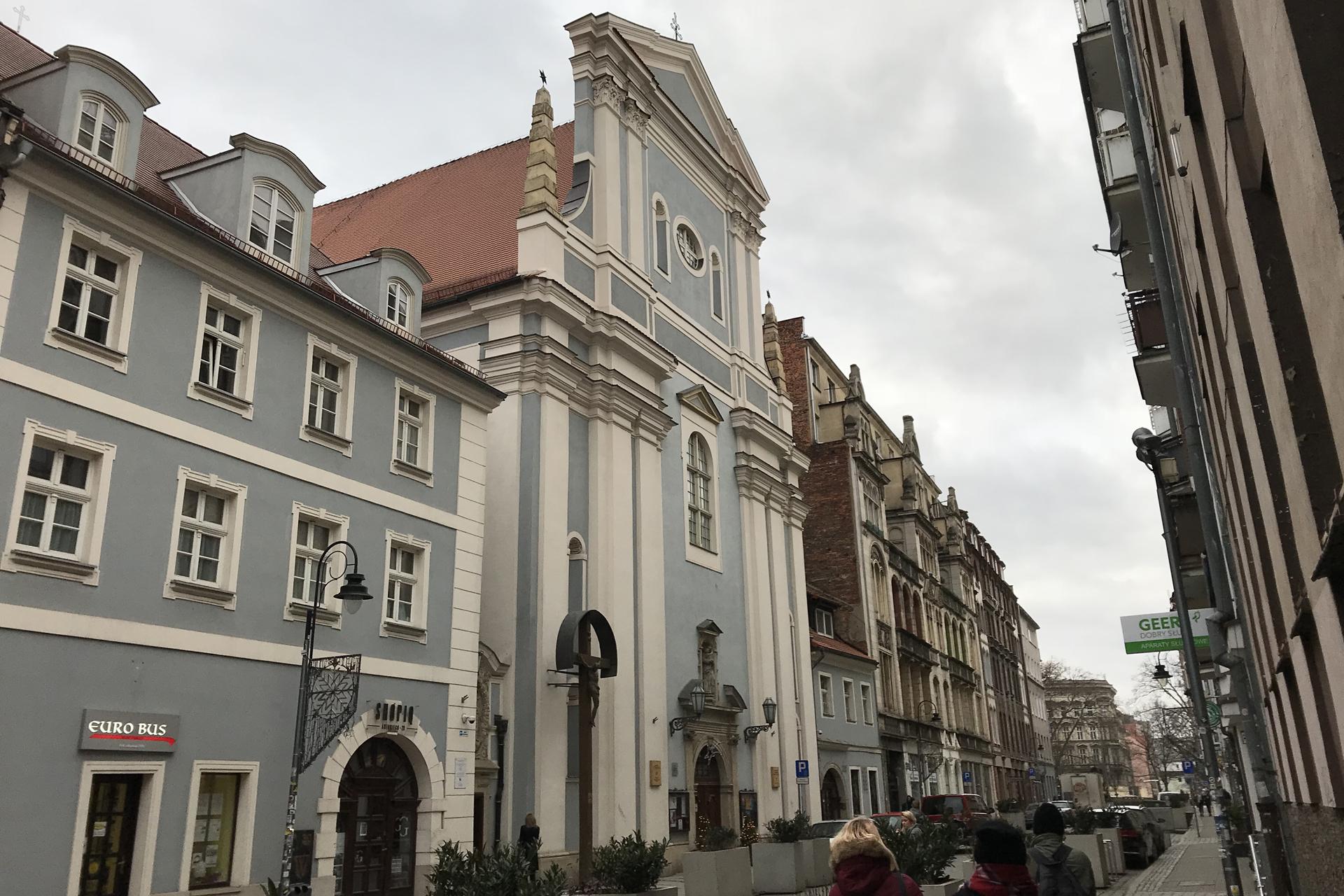 Im Jüdischen Viertel von Wroclaw. Links alles renoviert, rechts noch etwas älter.