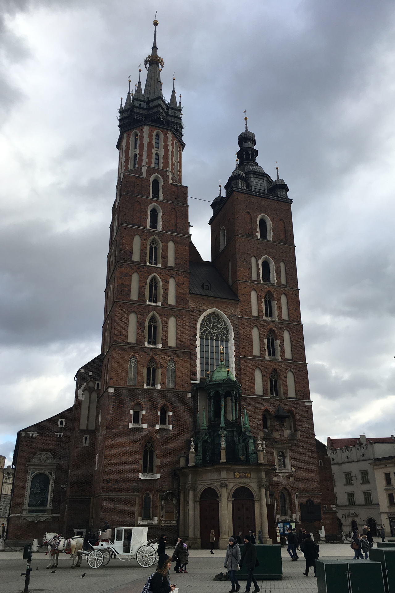 So wird man von der Basilika in Krakau empfangen. Die vielen Kutschen haben mich ein bisschen an Wien erinnert.