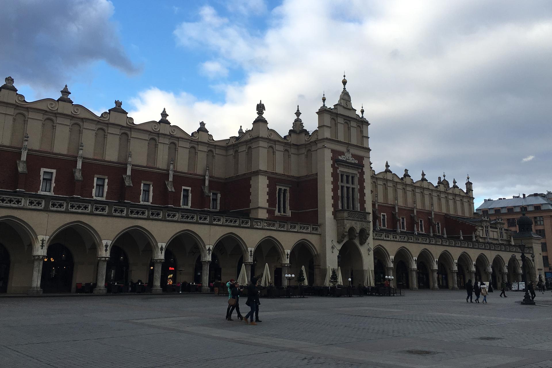 Die Krakauer Tuchhallen - eine der ältesten Shopping Mall auf Europas größtem Marktplatz.