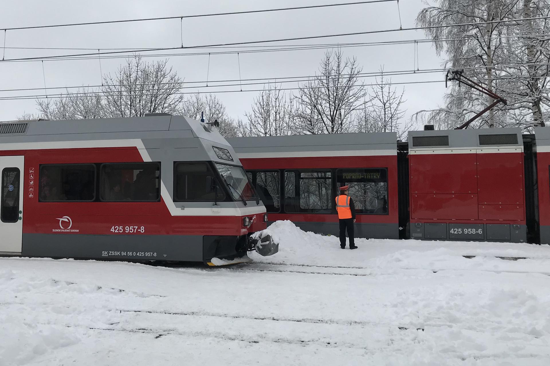 Im Tal fährt mindestens stündlich die Elektrische Tatrabahn zum nächsten Bahnhof.