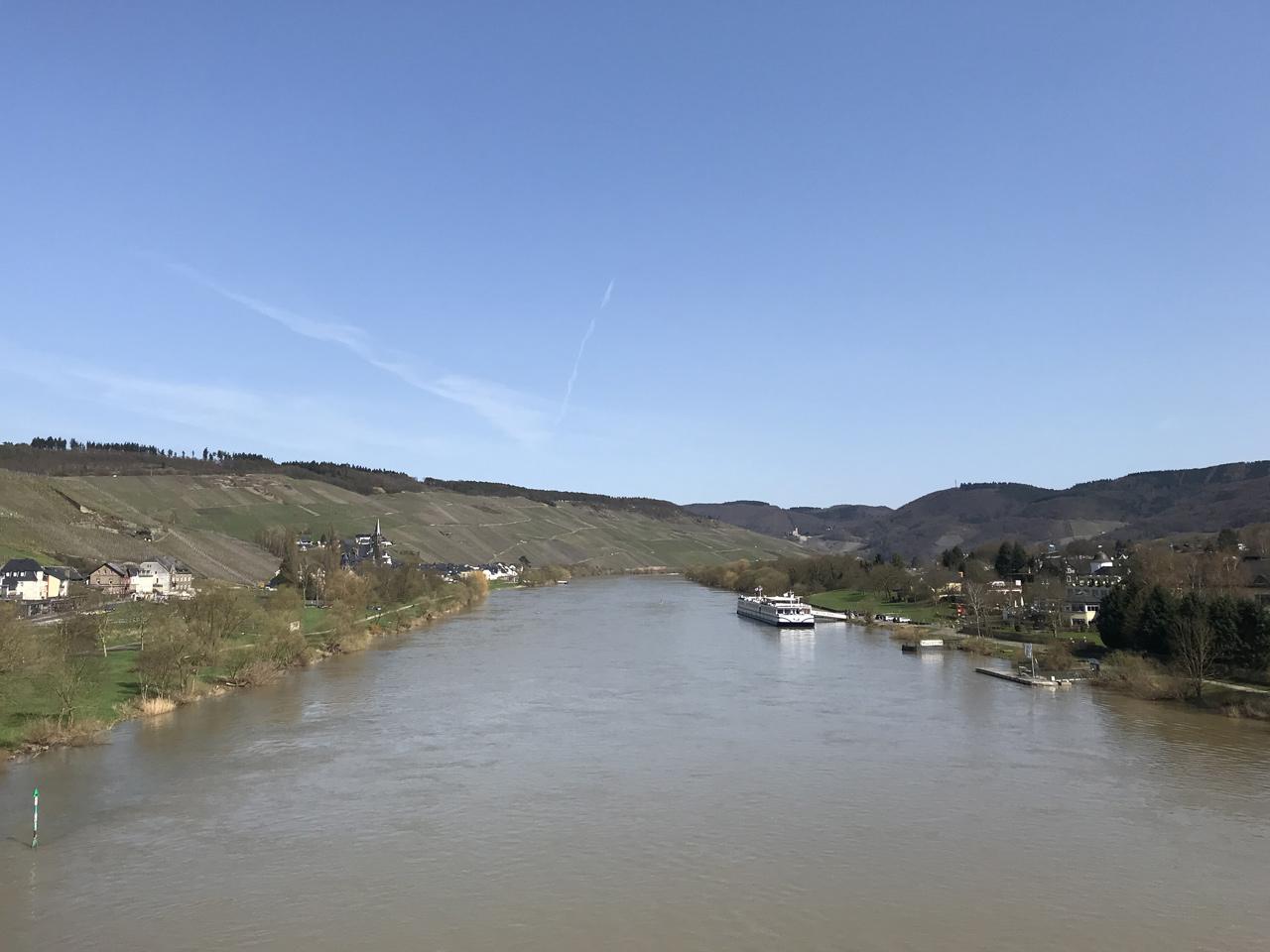 Der Blick von einer der vielen Brücken über die Mosel.