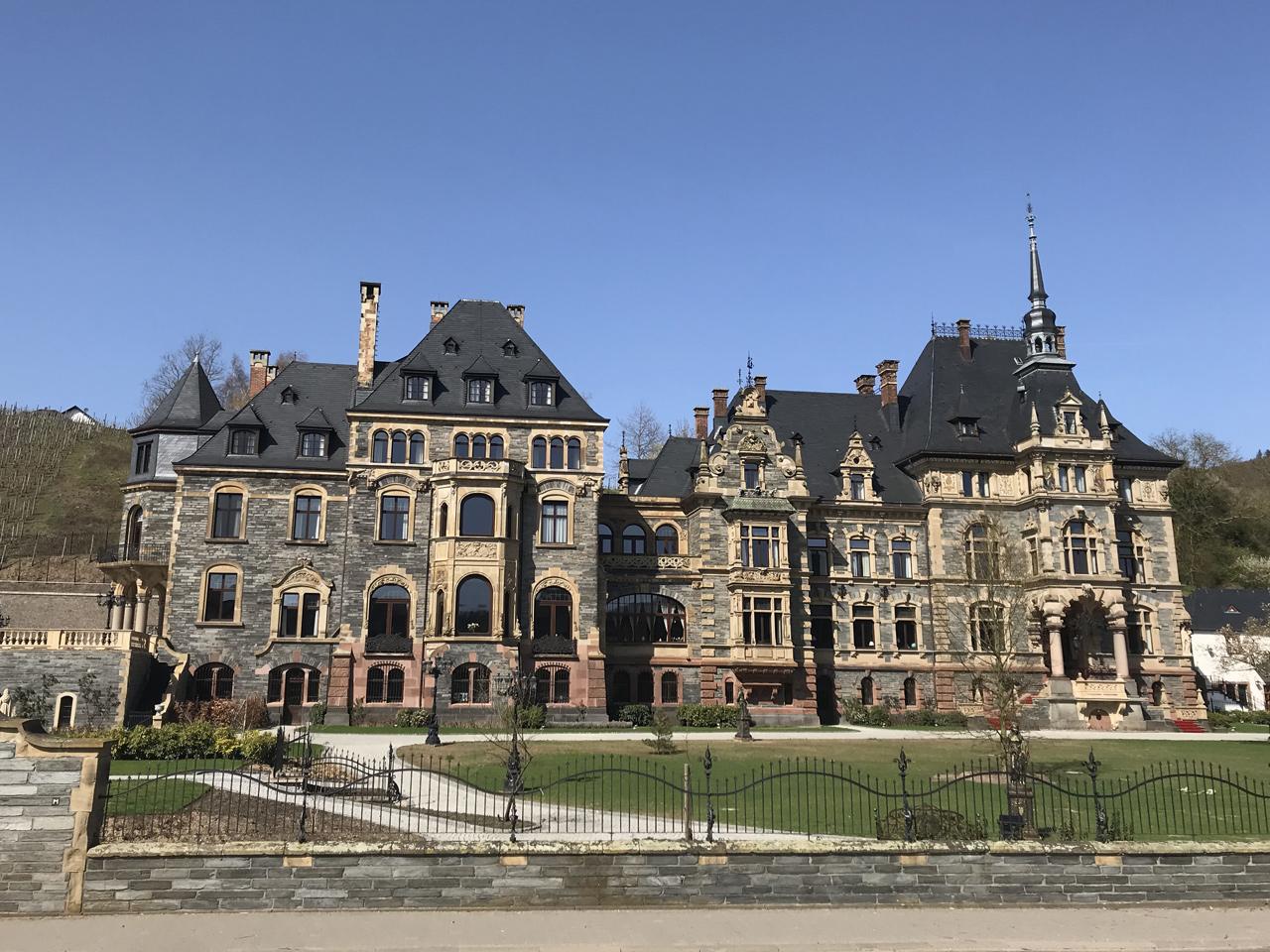 Das Schloss in Liesel. Ganz frisch renoviert und wohl demnächst Luxushotel.