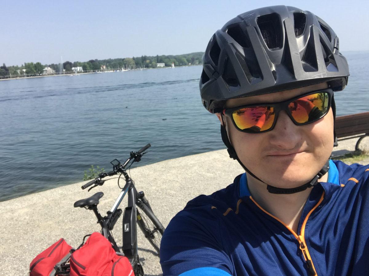 Startklar an der Seepromenade in Konstanz. Im Hintergrund der Bodensee.