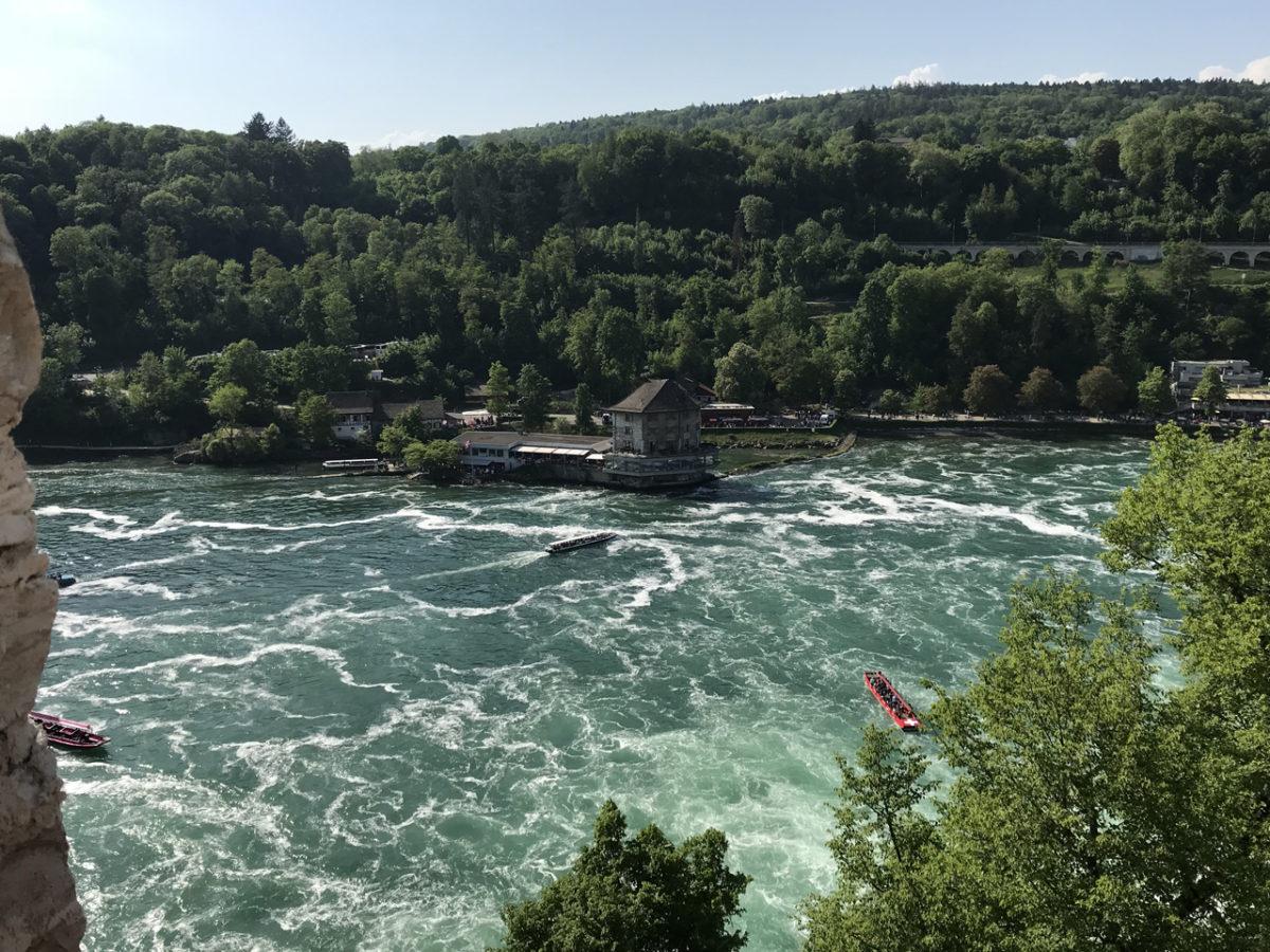 Mein etwa versperrte Blick auf den Rheinfall in Schaffhausen.