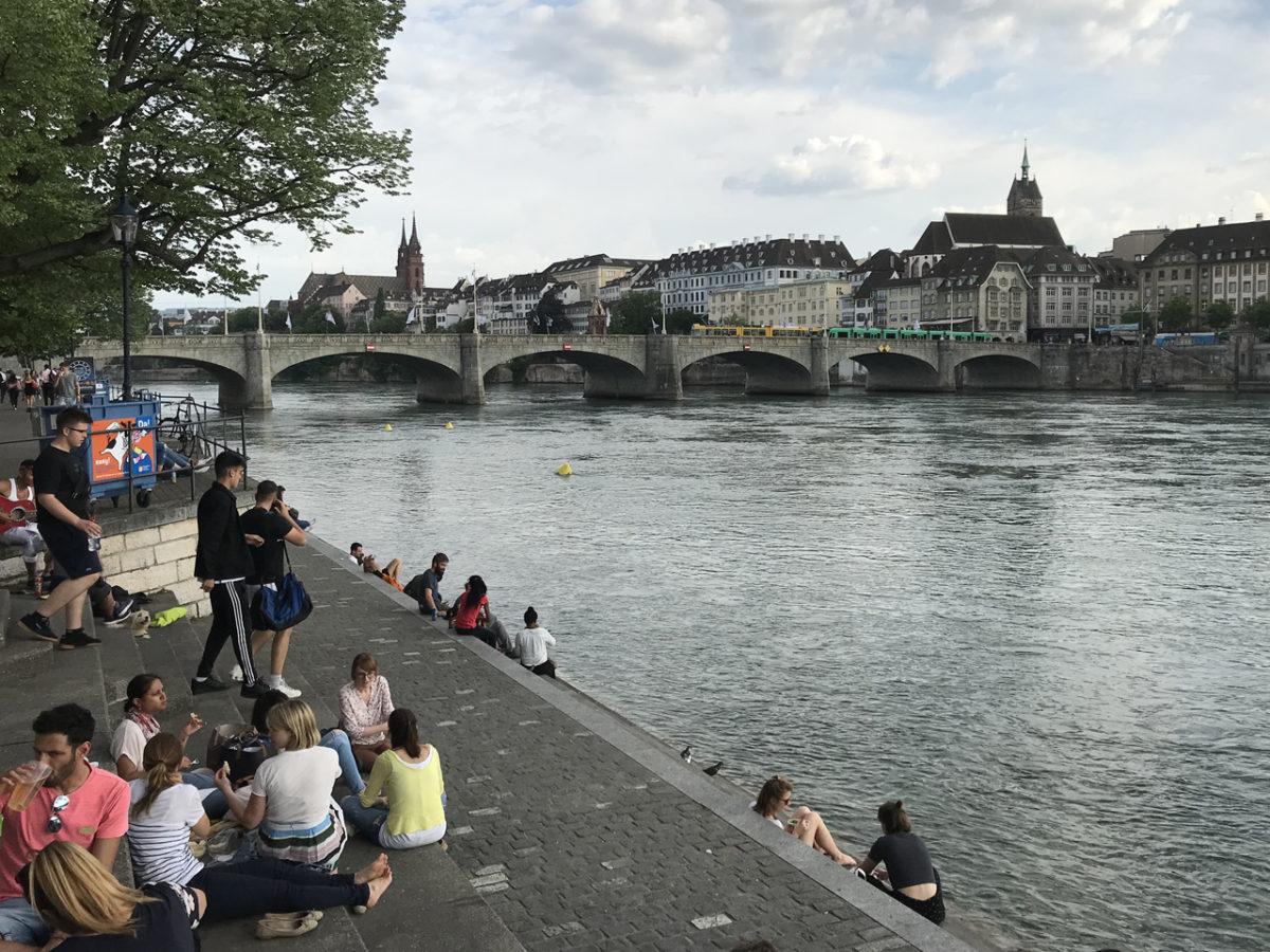 Trotz Sonnenstich: die Stimmung abends am Rheinufer in Basel war großartig!