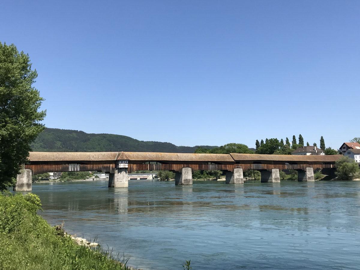 Der Blick vom deutschen Ufer auf die über 200 Meter lange gedeckte Holzbrücke.