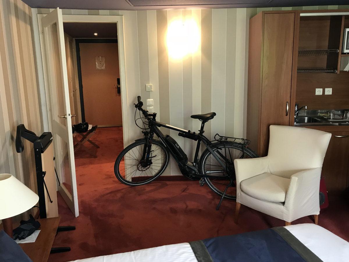 Mein Fahrrad im Hotelzimmer. Macht sich doch prima auf dem roten Teppichboden.