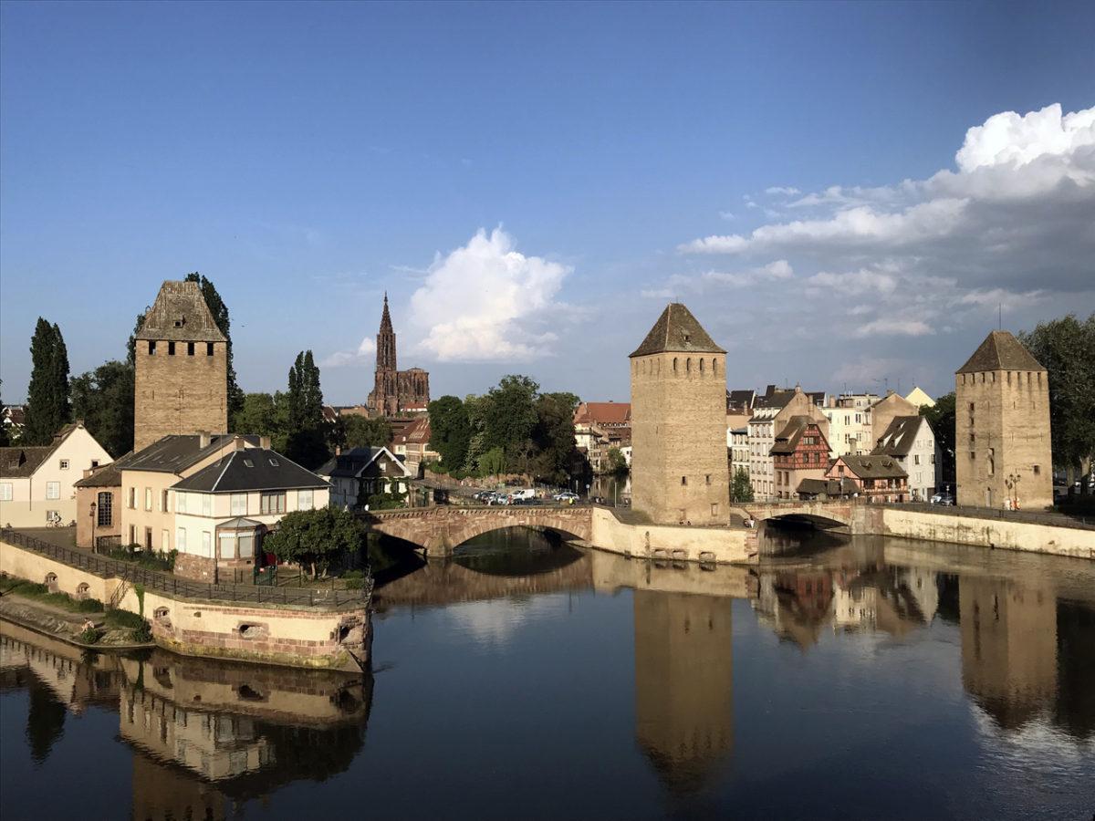 Straßburg mit Ponts Couverts und Münster im Hintergrund in schönstem Abendlicht.
