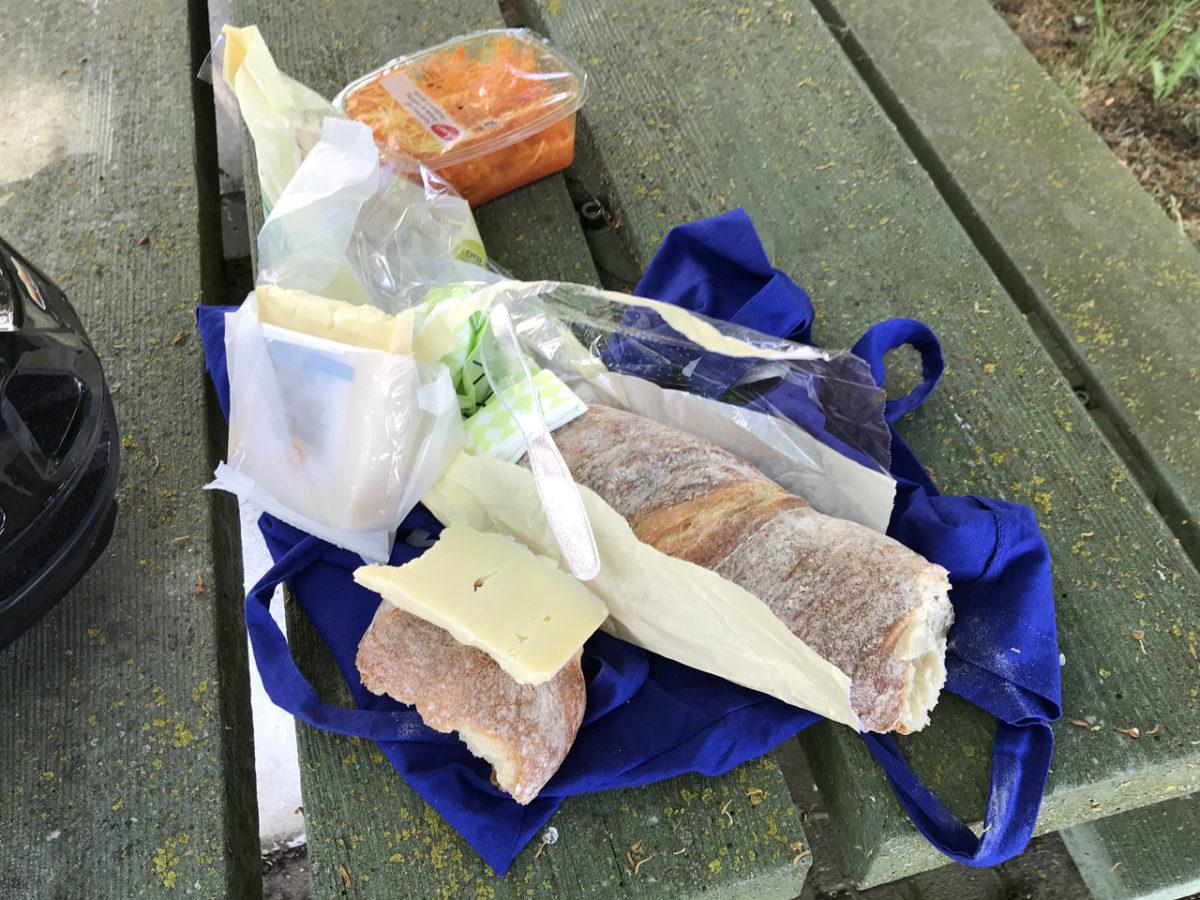 Eine kleine Rast mit Schweizer Käse und Französischem Baguette. <3