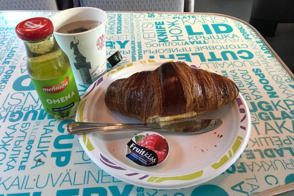 Mein Croissant und Getränke. So früh war es noch leer im Bordrestaurant.
