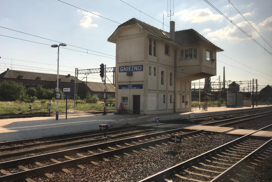 Der Bahnhof in Gnizo in der sengenden Mittagshitze. Der Schottergeist macht auch lieber Pause.