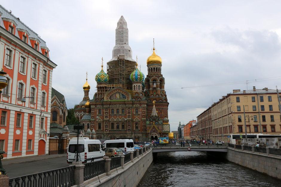 Damit man die Blutkirche in St. Petersburg nicht mit der Basilius Kathedrale in Moskau verwechselt ist sie extra eingerüstet.