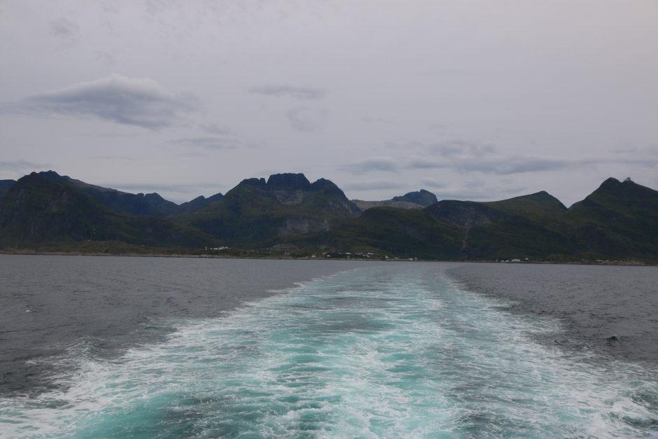 Im Hintergrund die Lofoten. Das Wetter: bedeckt und sehr windig.