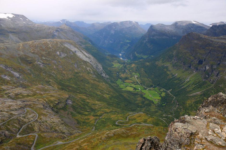 All den Weg war ich schon hochgekurvt. Ganz unten der Geirangerfjord mit den Kreuzfahrtschiffen.