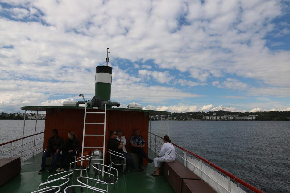 Das Bild zeigt fast alle Passagiere auf dem Ausflugsschiff.