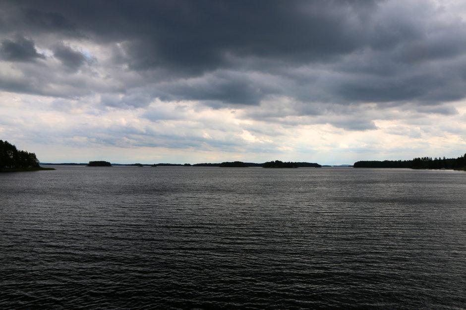 Anfangs hingen noch dunkle Wolken über dem See.