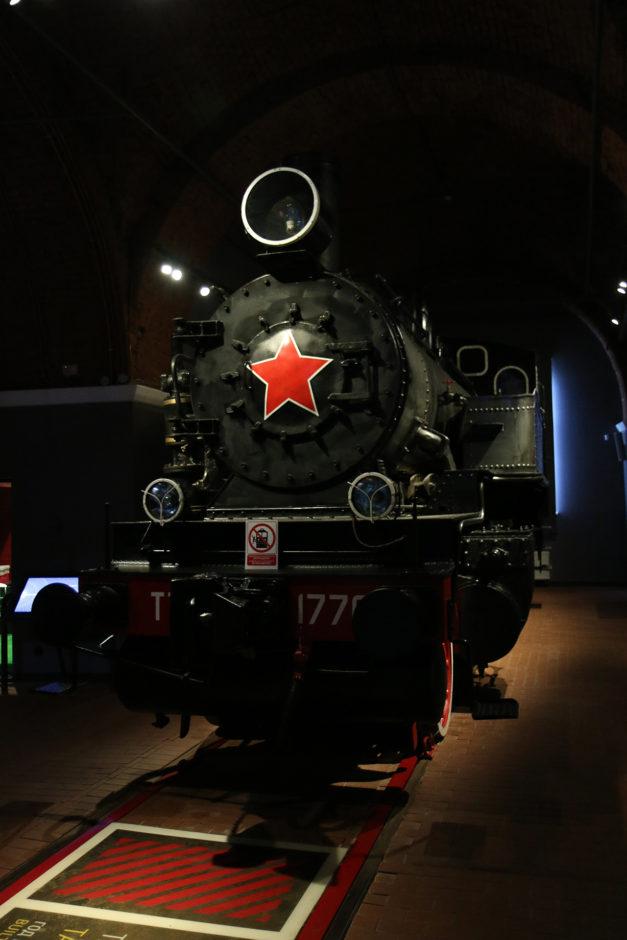 Eine imposante sowjetische Dampflok erwartet einen gleich zu Beginn.