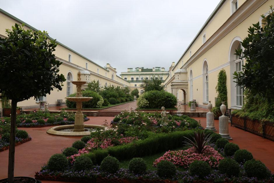 Was im Winterpalast etwas kurz kommt sind die Gärten. Aber dafür hatten die Zaren ja eigene Paläste vor den Toren der Stadt. Natürlich.