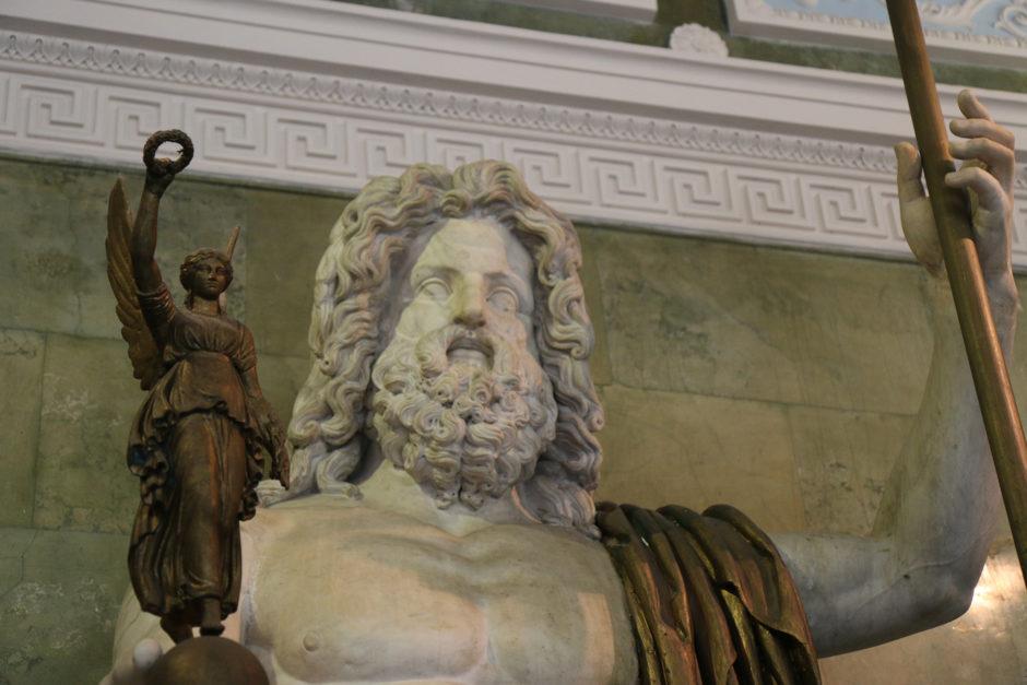 Und rechts an der Wand eine überlebensgroße Jupiter-Statue.