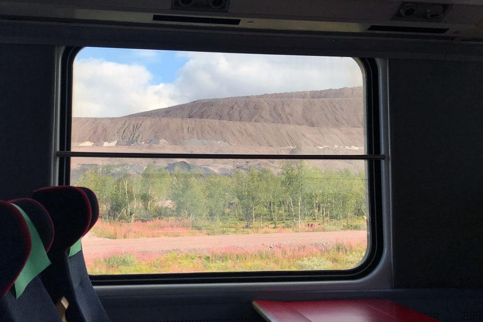Vor Kiruna fuhren wir an nicht enden wollenden aufgeschütteten Eisenerz-Bergen vorbei.